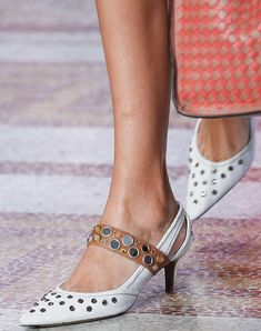 Model on the catwalk, shoe detailBottega Veneta show, Detail, Spring Summer Milan Fashion Week, Italy - 23 Sep 2017 Summer Fashion For Teens, Summer Fashion Trends, Summer Fashion Outfits, Fashion Night, Milan Fashion, Clueless Fashion, Clear Shoes, Beautiful Sandals, Hot Heels