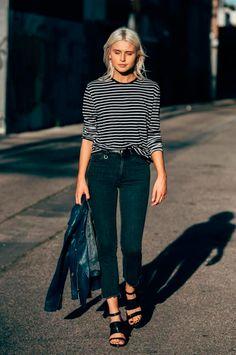 Foto de street style com blusa de listras de calça jeans skinny, jaqueta de couro e sandália