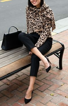 5 Fashion Trends That Will Be Big In 2019 Tolles Büro-Outfit / Tasche + Absatz + Hose + Leopardenschal + Pullover Office Outfits, Mode Outfits, Trendy Outfits, Fall Outfits, Fashion Outfits, Womens Fashion, Office Attire, Fashion Boots, Fashion Over 50