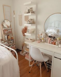 Ladder and mirror organization thing Makeup Vanity Decor, Makeup Room Decor, Beauty Vanity, Small Bedroom Vanity, Vanity Room, Dressing Room Decor, Aesthetic Room Decor, Decorating Small Spaces, Beauty Room