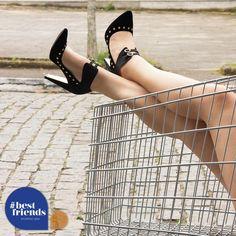 METAIS PARA O INVERNO! ✔️ Os metais continuam em alta para o Inverno 2014, destacando as tachas e as correntes, que serão sucesso ✌️ no inverno.  Além de complementar o look em pulseiras e acessórios , as correntes e tachas também aparecem nas sandálias descoladas da Camminare.   Ref. 842 11280  #camminare #cm #winter #wintercm #shoes #love #moda #metais #tendência #saltos #descoladas #itgirls #bestfriends