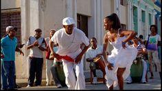 Un couple danse une rumba guaguanco dans la rue.
