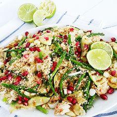 """Deze easypeasy, maar super lekkere couscous salade moet ik zeker met je delen! De basis van de salade is volkoren couscous. Het is zo klaar dus """"geen tijd"""" is geen excuus meer. Het is echt een vrolijk zomers gerecht door de granaatappelpitjes en dressing, maar als je met de ingrediënten varieert …"""