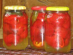 Przepis na papryka z miodem. Czerwoną paprykę pokroić na ćwiartki, oczyścić z nasion i opłukać. Następnie włożyć do czystych i suchych słoików. Do każdego słoika włożyć listek laurowy, gorczycę, ziarenka ziela angielskiego i wlać olej. Salsa, Mason Jars, Curry, Stuffed Peppers, Vegetables, Curries, Stuffed Pepper, Mason Jar, Vegetable Recipes