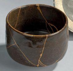 CHAWAN en grès émaillé vert brun. Marque Raku, période Edo. (restauration au laque d'or). D. 10,5 cm