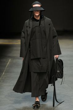 British famous Label Alan Taylor, represented MAN featuring elongated proportions and hand-painted prints, presented their Fall/Winter 2014 at London Fashion Week. Dark Fashion, High Fashion, Fashion Show, Fashion Design, Athleisure, Runway Fashion, Mens Fashion, London Fashion, Craig Green