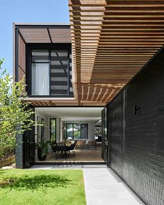 Barlow House by Brisbane Architects Alexandra Buchanan Architecture is a transformation of a tuscan style villa in the Brisbane suburb of Clayfield, into a stunning contemporary tropical modernist family home Australian Architecture, Interior Architecture, Sage House, Brisbane Architects, Double Storey House, Tuscan Style Homes, Magic Garden, Street House, Pergola Shade