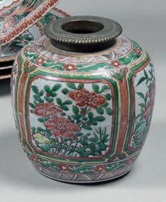 CHINE - Époque KANGXI (1662-1722) Pot de forme balustre en porcelaine décorée en émaux polychromes de la famille verte, de réserves de br...