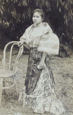 vintage everyday: 24 Charming Photo Postcards of Philippine Girls in Traditional Dresses from between Vintage Pictures, Vintage Images, Philippine Women, Philippine Fashion, Philippine Art, Filipino Fashion, Filipina Girls, Philippines Culture, Filipino Culture
