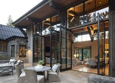 Insanely beautiful mountain modern home in the Sierra Mountains Definitely what I'm going for! Insanely beautiful mountain modern home in the Sierra Mountains Mountain Home Exterior, Modern Mountain Home, Dream House Exterior, House Exteriors, Mountain Homes, Modern Home Exteriors, Modern Cabin Interior, Mountain Living, Interior Livingroom