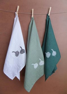 Items similar to Set of 3 kitchen towel sack towel garlic motif hand print pure linen dishcloth on Etsy Lino Art, Farm Crafts, Fabric Stamping, Diy Gifts For Friends, Sewing Class, Linens And Lace, Textile Prints, Fabric Painting, Flower Crafts