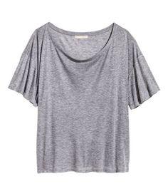 Weinrot. Kurzarmshirt aus Jersey mit Seidenanteil. Modell mit halsfernem Ausschnitt, überschnittenen Schultern und weiter Passform.