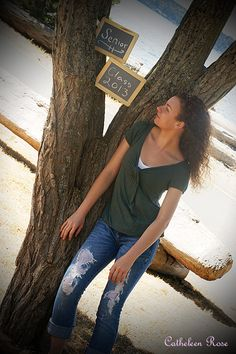 Pretty and cool senior picture pose with chalkboards and a tree! Senior Pictures Water, Senior Picture Props, Pic Pose, Poses For Pictures, Picture Poses, Senior Photos, Picture Ideas, Photo Props, Photo Shoot