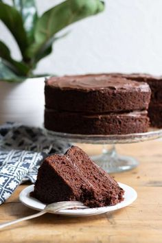 Get this light and fluffy Easy Vegan Chocolate Cake recipe. This vegan cake tastes delicious and is Vegan Chocolate Cupcakes, Best Vegan Chocolate, Dairy Free Chocolate, Cake Chocolate, Recipes For Chocolate Cake, Delicious Chocolate, Vegan Dessert Recipes, Vegan Sweets, Cake Recipes