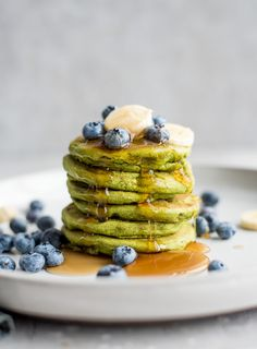 These green vegan gluten-free protein are made with chickpea flour, plant-based protein powder and spinach for a delicious and fun twist on everybody's favourite breakfast. These green vegan gluten-free protein ar Vegan Protein Pancakes, Protein Powder Pancakes, Protein Powder Recipes, Protein Recipes, Protein Cake, Protein Muffins, Protein Cookies, Protein Foods, Vegan Keto