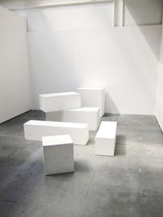 This flooring is similar to the floor in the mezzanine. The use of these plinths makes this space look like a construction site. I like the industrial, minimalist aesthetic. Cubes, Minimalist Window, Space Gallery, Minimal Photography, Shop Window Displays, Store Displays, White Box, Coffee Design, White Furniture