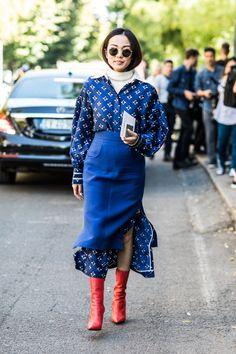 Blue ensemble | Layering over dress | pattern | FWSS18 street style fashion week milan printemps ete 2018
