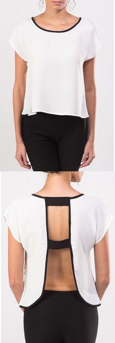Sí te gustan los escotes novedosos acá te presentamos uno en esta blusa KAMI blanca con detalles negros.