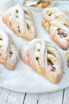 Appelvlaaitjes of appelgebakjes - Carola Bakt Zoethoudertjes Dutch Recipes, Apple Recipes, Baking Recipes, Sweet Recipes, Köstliche Desserts, Delicious Desserts, Yummy Food, Sweets Cake, Cupcake Cakes
