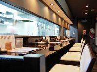 Okayama|岡山(おかやま)|Restaurant|Mimosa Dining -ミモザ ダイニング- 柳町店|白と茶色のコントラスト! | 白と茶色を基調とした店内。カフェのようなスタイリッシュな内装でおくつろぎ下さいませ。調理の臨場感を感じるオープンキッチンも魅力の一つですよ!