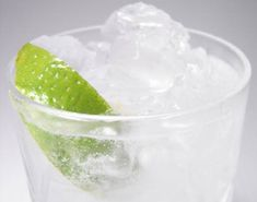 Gin and Tonic Recipe Refreshing Drinks, Summer Drinks, Fun Drinks, Gin And Tonic Cans, Natural Body Cleanse, How To Make Gin, Low Calorie Drinks, Gin Brands, Popular Cocktails