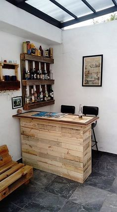 Classy and Luxe Home Bar Ideas to Make Some Jaws Drop - Diy Möbel Home Bar Rooms, Diy Home Bar, Bars For Home, Diy Home Decor, Palet Bar, Summer House Interiors, Palette Deco, Diy Outdoor Bar, Wooden Pallet Projects