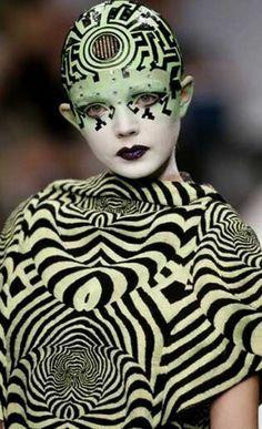 Na coleção Autumn Winter 2007/2008 da marca  Manish Arora é evidente a influência da estética Op Art, uma estética que recorre a ilusões visuais e trabalha o abstrato, recorrendo frequentemente ao preto. Os padrões e o contraste contribuem para a sensação de movimento.