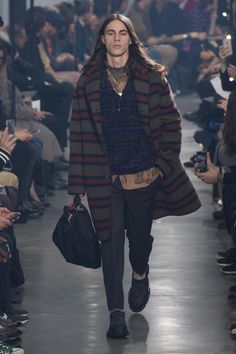 The complete Lanvin Fall 2018 Menswear fashion show now on Vogue Runway. Mens Fashion 2018, Trendy Mens Fashion, Trend Fashion, Fashion Sale, Latest Fashion Clothes, Fashion Design, Men's Fashion, Fashion Outfits, Lanvin