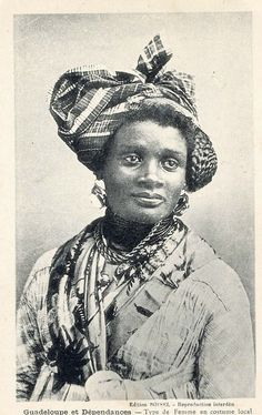 Femme en costume local