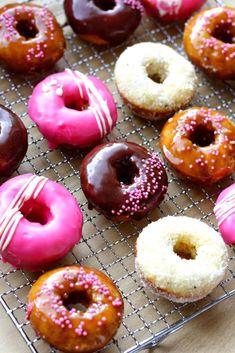 Donitsit uunissa ja 3 eri kuorrutetta - Suklaapossu Doughnuts, Baking Recipes, Sweet Tooth, Sweet Treats, Sweets, Desserts, Food, Cooking Recipes, Sweet Pastries