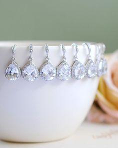 Satz von 5 fünf paar Brautjungfer Ohrringe, 20 % Rabatt Silber Bridal Ohrringe, große Teardrop White Crystal Zirkonia Silberhochzeit Ohrringe von LeChaim auf Etsy https://www.etsy.com/de/listing/125570711/satz-von-5-funf-paar-brautjungfer