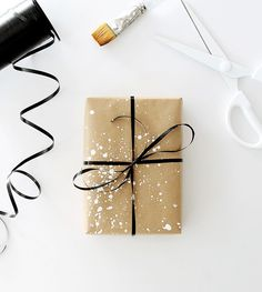 Gifts Wrapping Ideas : i love simple gift wrap, and i love a simple kraft paper gift wrap — but i wanted to give you four simple DIY ideas to spruce up your plain wrapping paper. Present Wrapping, Creative Gift Wrapping, Creative Gifts, Simple Gift Wrapping Ideas, Diy Gifts, Handmade Gifts, Gift Wraping, Simple Gifts, Simple Diy