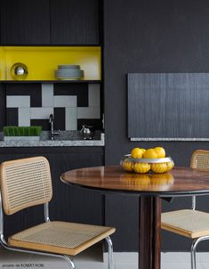 dicas de como esconder/destacar a churrasqueira, veja no LINK #decor #varandas #casa #churrasqueira Kitchen Dining, Dining Room, Kitchenette, Ideal Home, Cabinet, Interior Design, Table, Furniture, Home Decor