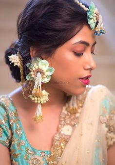 We Just Found The Newest Type of Floral Jewellery & Its Gorge! Bridal Jewelry Sets, Wedding Jewelry, Wedding Chura, Bridal Jewellery, Flower Jewellery For Mehndi, Flower Jewelry, Gold Jewellery, Bridal Makeup, Bridal Hair