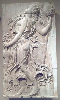Ménade, copia romana del Museo del Prado. Relieve de una ménade bailando con un tirso. Mármol, 141 x 79 cm.  || Copia romana de un relieve griego ejecutado en Atenas a fines del siglo V a.C. y atribuido tradicionalmente a Calímaco. Existen varias copias romanas sobre las que esculpió Calímaco; como las de Roma o las de Madrid. En el Museo del Prado se conservan cuatro, en mármol blanco de grano fino, de hacia 120 - 140.||