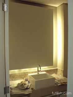 Caixa de madeira para iluminação indireta para maquiagem. A folha de espelho é colada sobre a caixa. As lâmpadas devem ter IRC superior a 85%.