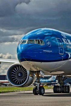 KLM Boeing svojim i mercedes od Janko japonski Boeing Planes, Boeing Aircraft, Passenger Aircraft, Boeing 777, Image Avion, Airport Architecture, Royal Dutch, Airplane Wallpaper, Airplane Flying