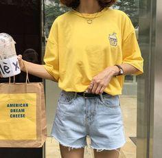 Vintage style inspiration : yellow tee and denim shorts <3 atest fashion trends , summer outfit ideas, ideas de looks, idées de tenues, tenues jaune, looks amarillo, shorts vaqueros, estilo casual, style casual