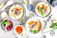 Addicted to curry? Dann haben wir heute was für dich. Eine sommerliche Thai-Style Erdnuss-Kokos-Suppe mit Reisnudeln und frischem Gemüse.