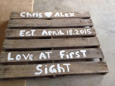 Pallets can be fun! DYI pallet signs for your outdoor wedding!