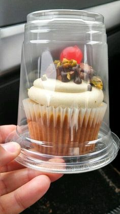 Plastic cups pull double duty - use for iced coffee drinks and single cupcakes! such a great idea! Plastic cup with a lid upside down for individual cupcake carriers! How to cover individual cupcakes for a cake stall Perfect idea for farmer's market baked Bake Sale Packaging, Cupcake Packaging, Food Packaging, Cupcakes Packaging Ideas, Mini Cakes, Cupcake Cakes, Cupcake Carrier, Cupcake Recipes For Kids, Cake Stall