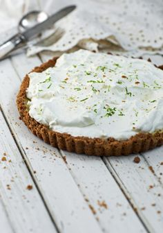 Tarte à la lime (Key Lime Pie) - Trois fois par jour Just Desserts, Dessert Recipes, Keylime Pie Recipe, Sweet Pie, Key Lime Pie, Snack, Coco, Baking Recipes, Sweet Tooth