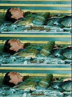 Tom Hiddleston as Loki in the Avengers gag reel Marvel Jokes, Films Marvel, Avengers Memes, Marvel Funny, Marvel Dc Comics, Avengers Bloopers, Loki Funny, Funny Comics, Tom Hiddleston Loki