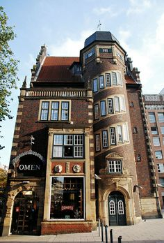 Hamburg Hulbe-Haus 1911 (The building presents the architectural forms of the Dutch Renaissance and thus the tradition of the Nordic maritime cities.