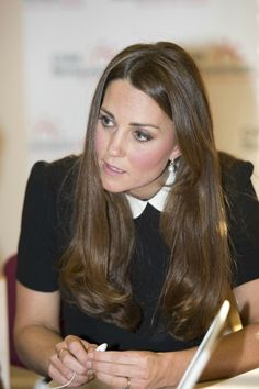 Kate Middleton Photos - Catherine, Duchess of Cambridge during her visit to the offices of Child Bereavement UK on March 2013 in Saunderton, Buckinghamshire. Kate Middleton Makeup, Kate Middleton Pregnant, Estilo Kate Middleton, Kate Middleton Photos, Kate Middleton Style, Prince William And Catherine, William Kate, Surprise Face, Princesa Kate Middleton