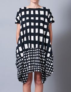 Contrast panel gingham check dress by Tsumori Chisato. Love the loose draped shape too. Fashion Pattern, Check Dress, Estilo Boho, Mode Inspiration, Kaftan, Designer, Style Me, Dress Up, Short Sleeve Dresses