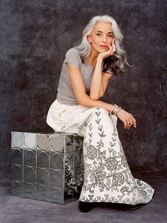 Want to age as graceful as Yasmina Rossi Latina Hair, Fashion Over 50, Look Fashion, Womens Fashion, Yasmina Rossi, Mode Ab 50, Beautiful Old Woman, Cooler Look, Advanced Style