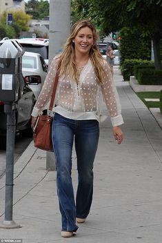 Es una cosa pura! Hilary Duff mostró su marca sonrisa radiante mientras se paseaba por Wes...