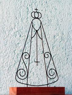 Escultura de Nossa Senhora de arame com base de madeira