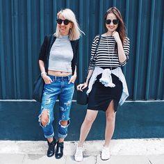 listras, jeans destroyed, saia lápis, cinza, tênis branco.  sim, a gente repete bastante peças. sim, a gente insiste em padronagens, tecidos e modelos similares. sim, isso é o que a gente gosta!  porque repetir e reinventar, faz bem.